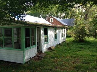 Guesthouse at 30s Bungalow Colony with 5.5 acres Al yours!