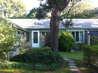 Charming and Private Cape Cod Cottage - a 2 minute walk to Saint's Landing Bay Beach, Brewster