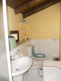 Bath room first floor Bagno primo piano