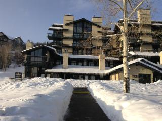 a BLOCK FROM SKI AREA /VILLAGE/second floor/just walk/ski  to slopes/village