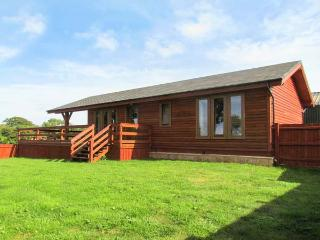 LAKE VIEW LODGE, WiFi, en-suite facilities, on-sitge fishing, ground floor accom