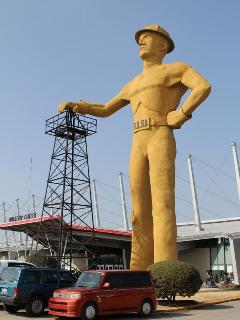 The famous Golden Driller landmark and Expo Center are less than a mile away!