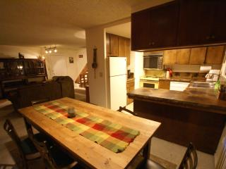All Pine Inn-1/2 block to restaurants, shops, grocery store-spacious 3-story