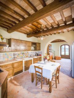 La cucina in muratura con maioliche di Taormina fatte a mano