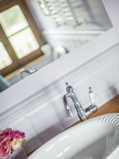 Dettagli del bagnetto lilla al servizio della camera dell'acqua