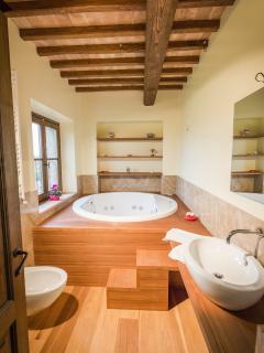 Il bagno con vasca idromassaggio di fronte alla camera dell'aria