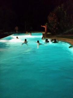 Clients dans la piscine à 2h du matin