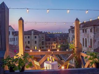 Holiday rental Venice with canal view and terrace, Veneza