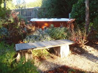 Juliet's Hideaway - beautiful cottage with outdoor jacuzzi