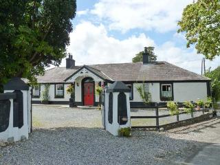 DERRY HOUSE, romantic cottage, open fire, pet-friendly, WiFi  near Naas, Ref 914743, Clane