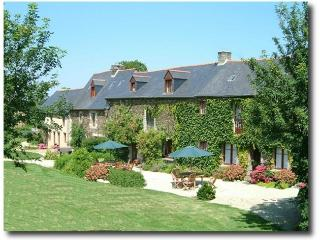 Abeille 16th c.Cottage with heated pool near Dinan