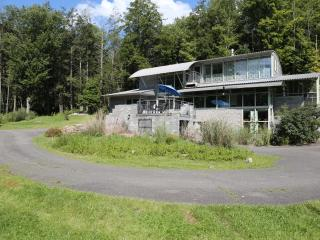 Willow House - Architect designed (14 acres, pond)