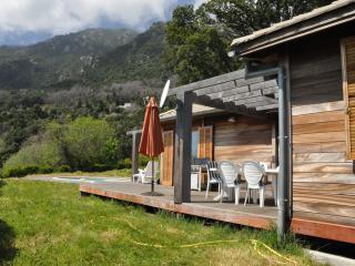 Maison bois isolee bord de mer avec piscine