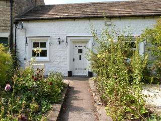 9 THE GREEN, terraced, single-storey, en-suite, woodburner, hot tub, in Piercebridge, Ref 31080
