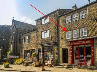 CHURCH VIEW, first floor self-catering apartment, open plan, in Haworth, Ref 915793