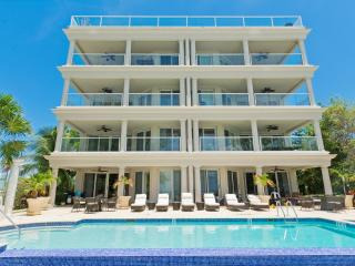 Sea Breeze - A Luxury 4br + den SMB Condo, Playa de Siete Millas