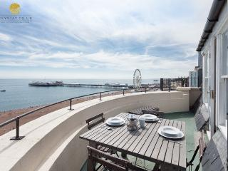 2 bed seafront apt Sleeps 8, roof terrace, spectacular seaviews, parking permits