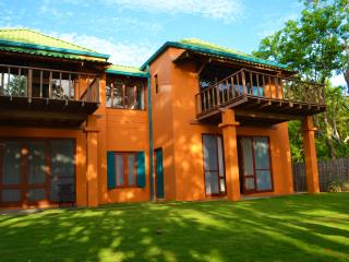 Casa Mandarina, 4 bedroom Beachfront House, Playa Grande