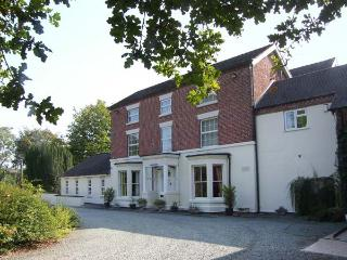 ROSEHILL MANOR, swimming pool, hot tub, enclosed gardens, near Market Drayton, Hodnet