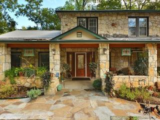 3BR/2.5BA Classy Austin Property, 1.5 Acres Downtown, Huge Yard, sleeps 9