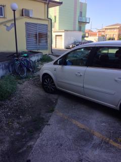 Parcheggio auto riservato con alcune biciclette a disposizione degli ospiti
