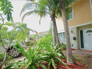 East Lauderdale 2 Bed 1.5 Bath Townhouse & POOL!