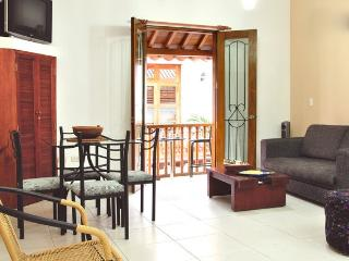 Old City 1BR: Balcony, great wifi, AC, hot water!, Cartagena