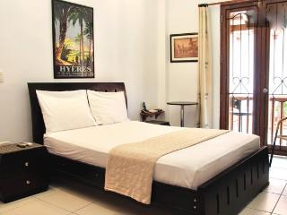 Old City Studio-Balcony, AC, great wifi, hot water!, Cartagena