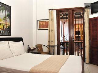 Old City 2BR: Balconies, AC, great wifi, hot water, Cartagena