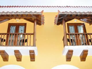 Old City 4BR: Balconies, AC, great wifi, hot water, Cartagena