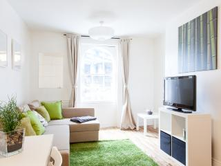 30% DISCOUNT! - STYLISH! APT. w/ WIFI (SLEEP 4-5), London