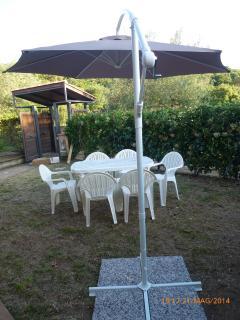 Spazio esterno attrezzato con ombrellone tavolo e sedie