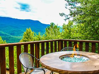 Mountain views and table top firepit on deck!, Gatlinburg