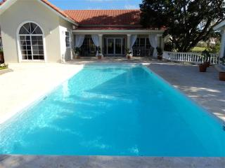 Residencial Hispaniola-Luxury Villa-Pool-Ocean View-Walk to Beach-Maid-Satellite, Sosua