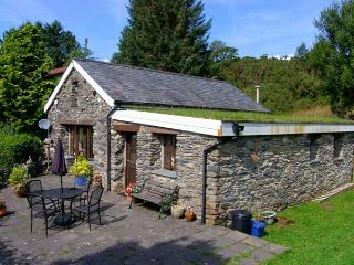 BWYTHYN Y WENNOL, detached, all ground floor, parking, garden, in Beddgelert, Ref 915214