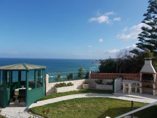 Pavillion und Grillplatz im Garten der Casa da Mina