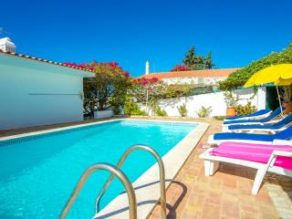 Nice house with pool and big terrace in the centre, Albufeira