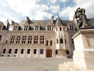 En face du Palais ... In front of the Palace