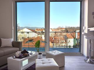 Mini Penthouse with Amazing View, Private Parking, Zagabria