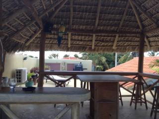 Bar et table sur terrasse