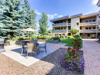 Walk to the lifts from this top floor condo w/pool & hot tub, Ketchum