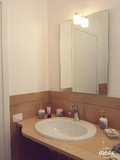 Particolare lavabo bagno.