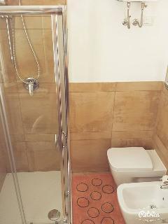 Box doccia e sanitari.