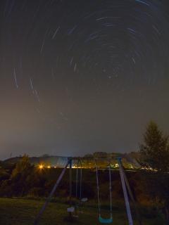 Vista desde el jardín por la noche. Foto de Pedro Baños, viajero de este verano.