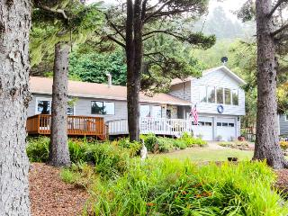 Cozy home w/ ocean view, private hot tub & entertainment!, Yachats