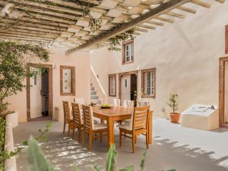 Villa Kisiris, Imerovigli, Santorini, sleeps 8