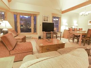 Smuggler E - 3 Bd + Spacious Loft - 3 Ba - Sleeps 9 - Spacious Property - Located 1 Block from the base of Lift 7, Telluride