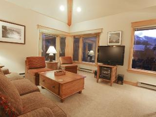 Smuggler E condo - Living room with comfy seating, open to dining and kitchen