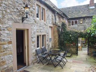 KINGS COURT COTTAGE, heart of town, character cottage, walks nearby in Bakewell, Ref 904647