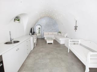 GREEK GODDESS CAVEHOUSE, Fira